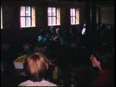 4858 BB04308 Een film rond een stichtingsweekend in 1979 en het afscheid J.L. Horde, met beelden van scouts die samen ...