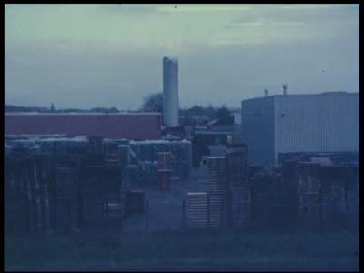 486 BB07407 Een bedrijfsfilm van kunststofproducent Wavin uit Hardenberg, met beelden van een opslagplaats voor houten ...