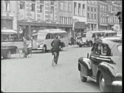 4877 BB04910 Bustochten met Schutte's Tours naar de bollenstreek.Deel 1 in zwart/wit.Zes bussen van Schutte's Tours ...