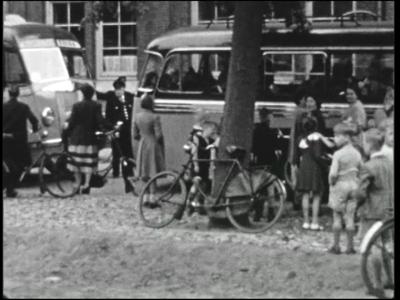 4887 BB04920 Personeelreis met Schutte's Tours van een Zwols bedrijf.- Bussen met personeelsleden en familieleden ...