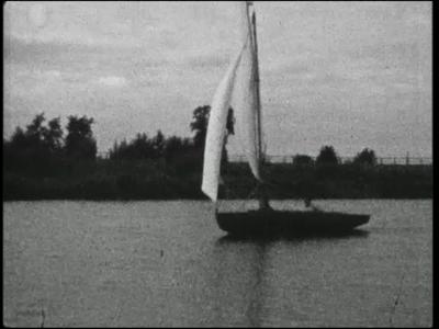 4888 BB04921 Familiefilm van Schutte. Fragmenten uit het leven van de familie Schutte.- Zeilboten varen op een meer. ...