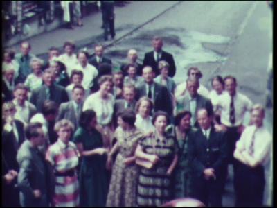 4891 BB04924 Filmreisverslag van een familie.Groep mensen poseren voordat de reis begint.Beelden van de bergen en een ...