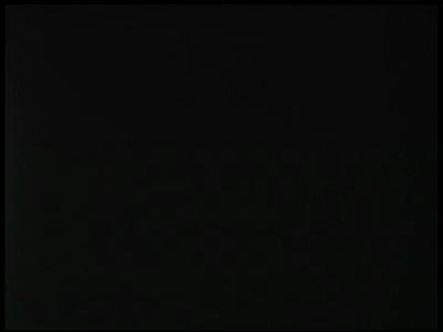 4925 BB05765 Deze film beschrijft proeven met een experimentele opstelling te land, waarbij lopende soldaten en ...