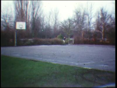 5024 BB07714 Een film rond de Deventer MTS, met beelden van:- Buiten de school op een basketbalveld, terwijl er iemand ...
