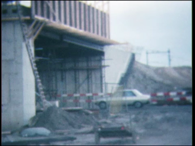 5028 BB07718 Een film met diverse beelden van o.a.:- Het spoorwegviaduct bij de IJssel;- Leerlingen van de MTS lopen ...