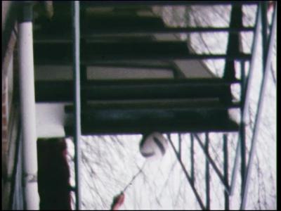 5036 BB07726 Een film met beelden van voetbal en evenwichtsoefeningen op een kar.