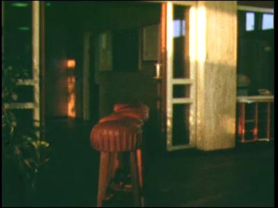 5048 BB07738 Een film vanuit de Deventer MTS, met beelden van:- Barkrukken vallen van een trap;- De barkrukken liggen ...
