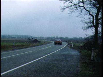 5049 BB07739 Een film met beelden van:- De provinciale weg Zwolle-Ommen;- Hoog water in de IJssel;- Een auto (rode ...