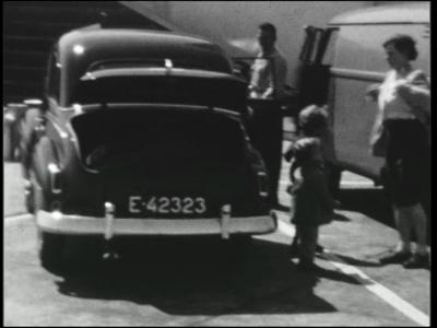 517 BB08128 Een familiefilm van de familie Lodérus uit Lutten, met beelden van o.a.:- De eerste maal op vakantie naar ...