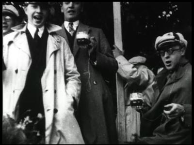5352 BB03388 Reportage over de ceremomiële opheffing van de laatste tol bij Tubbergen in 1929. Mannen staan te zingen ...