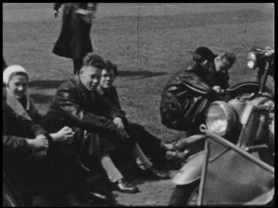 5427 BB04343 Samenvatting:Beelden van een naoorlogs uitstapje met scooters, solexen en auto's.Beschrijving:00.58.33 ...