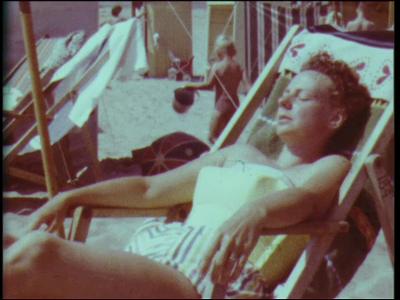 5554 BB07064 Een familiefilm met beelden van strandplezier bij Katwijk aan Zee, een tochtje met de boot, op vakantie ...