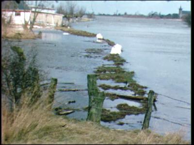 6037 BB04985 Beelden van hoogwater in de IJssel rivier bij Kampen in de winter.Eerste beeld: witte zandzakken op ...
