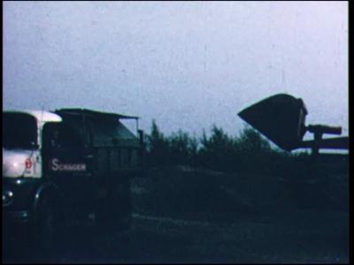 6701 BB07157 Een film rondom het testen van kunststof rijplaten, met beelden van een vrachtwagen die door een kiepwagen ...