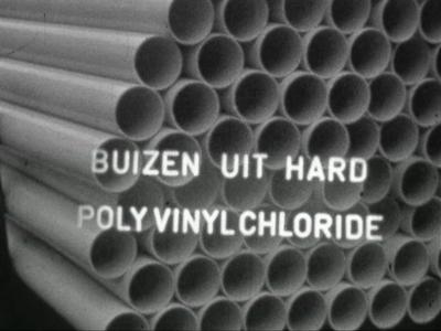 6716 BB07172 Een bedrijfsfilm van kunststofproducent Wavin, met beelden van de molecuulstructuur van polyvinylchloride, ...