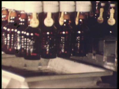 6725 BB07181 Bedrijfsfilm van kunststofproducent Wavin rondom verpakkingsmaterialen, met beelden van 'Vakmanschap is ...