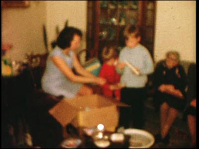 7397 BB11131 Een familiefilm rond de viering van een sinterklaasfeest, met beelden van het gezin en de familieleden die ...