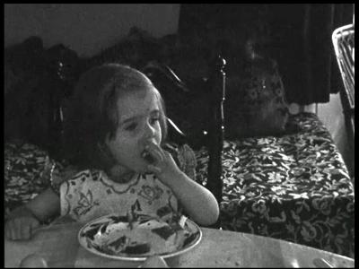7898 BB08051 Zeven familiefilmpjes van de familie Lamberts.1. Annetje (5-06):- Annetje binnen aan het eten;- Het gezin ...
