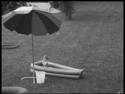 7899 BB08052 Twee familiefilmpjes van de familie Lamberts.1. Verkoeling:- Een kind in een badje met erboven een ...