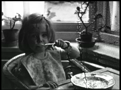 7906 BB08059 Zeven familiefilmpjes van de familie Lamberts.5. IJsselstein (10-02):- Een meisje zittend in een kamer aan ...