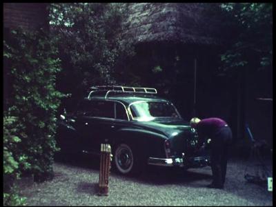 7907 BB08060 Zeven familiefilmpjes van de familie Lamberts.10. Wijk aan Zee (28-05):- Op vakantie, de auto bij het huis ...