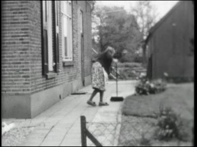 8192 BB03495 Een zg. 'Adolfsfilm' over Colmschate, met daarin beelden van een brug, een vrouw aan het vegen, een ...