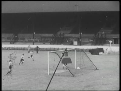 8230 BB04014 Film over het scouten van voetballers in Engeland. Voorbeelden worden gegeven hoe zij voortkomen uit de ...