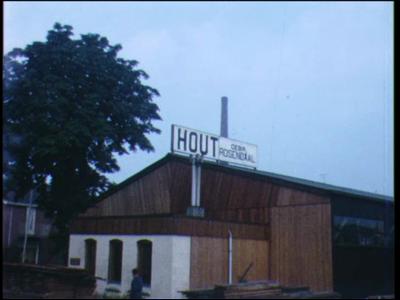 8235 BB04019 Personeelreisjes van de houthandel Rosendaal in Zwolle.Werkzaamheden op de werf. Het optrekken van een ...