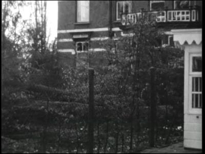 8240 BB04024 Een familiefilm met beelden van het omhakken van een boom in een achtertuin, een jongetje laat buiten een ...