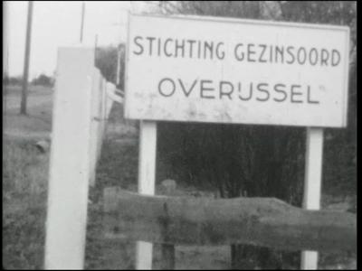 8244 BB04028 Film van Stichting Gezinsoord Overijssel Hardenberg.In zwart/wit gefilmd.Beelden van kamp Molengoot in ...