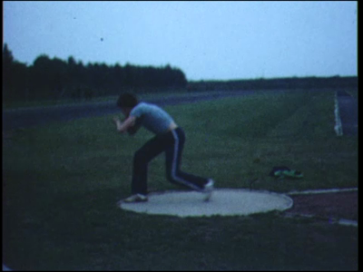 8251 BB04035 Wedstrijdbeelden van atletiekvereniging P.E.C. Zwolle.Slowmotionstudies van kogelstoten, speerwerpen en ...