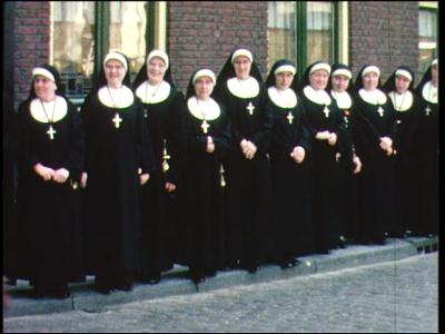 8259 BB04043 De nonnen van het Gasthuis staan op een rij op het Gasthuisplein tijdens een koninklijk bezoek.