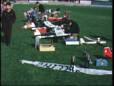 8393 BB06701 Een film rondom het thema vliegen, met beelden van modelsportvliegtuigen in het Zwolse Weezenlandenpark, ...