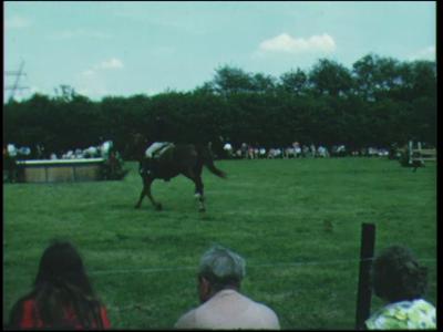 8394 BB06702 Een film rondom het thema paardensport, met beelden van concours hippique's; het springen met en het ...
