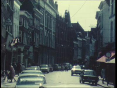 8400 BB06708 Een film, opgenomen in Zwolle, met beelden van de Diezerstraat, 'Oud Zwolle gaat voor de bijl', de C&A, ...