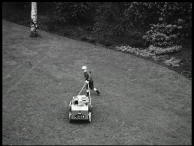 8443 BB08063 Acht familiefilmpjes van de familie Lamberts.10. Pieter Bas in de tuin (17+19-03):- Pieter Bas buiten in ...