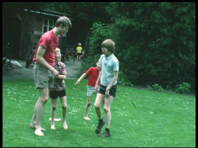 8454 BB08074 Elf familiefilmpjes van de familie Lamberts.1. Almelo Grotestraat (1-06):- Paul, Frits, Pieter en Egbert ...