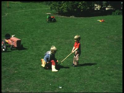 8457 BB08077 Tien familiefilmpjes van de familie Lamberts.11. 1/2 mei 1973:- Marnix met een vriendje aan het spelen in ...