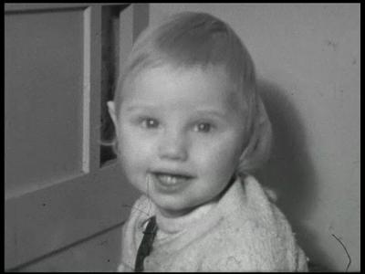 8464 BB08084 Een familiefilm van de familie Lamberts, met beelden van o.a.:- Harald in zijn bedje aan het brabbelen, ...
