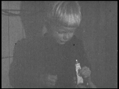 8465 BB08085 Een familiefilm van de familie Lamberts, met beelden van o.a.:- Donkere binnenopnames, Paul poetst zijn ...