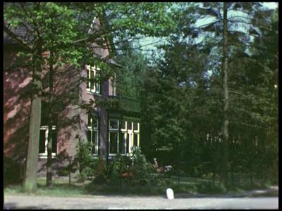 8466 BB08086 Een familiefilm van de familie Lamberts, met beelden van o.a.:- Een villa en een auto (L 60643);- Moeder ...