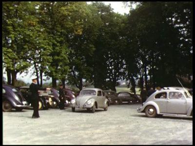 8467 BB08087 Een familiefilm van de familie Lamberts, met beelden van o.a.:- Moeder, met de auto (L 60643) langs de ...