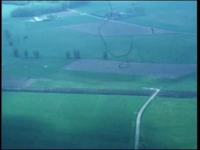 8796 BB04046 Luchtopnamen van de rivier de IJssel en van landerijen. Daarna uitvoerige opnamen uit de lucht van de stad ...