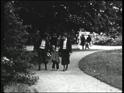 8800 BB04050 Beelden van familiegebeurtenissen.In het bijzonder:Wandeling met de familie in park Eekhout in ...