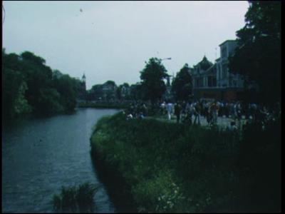 8939 BB06713 Een film, opgenomen in Zwolle, met beelden van een optocht met paard en wagens, een optocht met ...