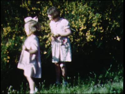8967 BB06743 Een film rondom vakanties eind jaren veertig, met beelden van meisjes die bloemen plukken, meisjes met hun ...