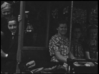 9131 BB02110 Samenvatting:Privé-opnames met beelden van uitstapjes van een groep jonge mannen en vrouwen uit Oldenzaal ...