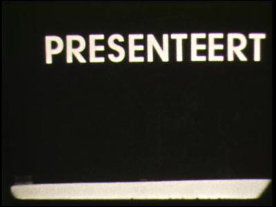 9134 BB02113 Een film rond de koninginnedagviering te Hengelo, met beelden van het defilé voor het gemeentehuis, een ...