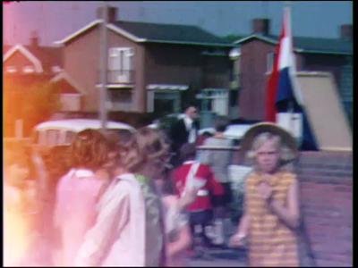 9135 BB02114 Een film rond de Koninginnedagviering te Hengelo.Beelden van een miss Hengelo verkiezing.Kinderen maken ...