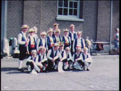 9137 BB02116 Een film met beelden van een straatoptreden te Markelo van de folkloristische kinderdansgroep 'Gouden ...